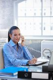Mulher de negócios alegre no atendimento da linha terrestre foto de stock royalty free