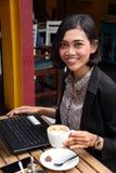 Mulher de negócios amigável em um café imagem de stock royalty free