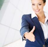 Mulher de negócios aproximadamente para agitar as mãos. Fotos de Stock