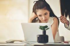 A mulher de negócios asiática bonita é preocupou-se sobre o negócio com imagem de stock