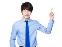 Mulher de negócios asiática com ponto do dedo acima Imagem de Stock