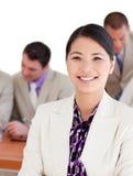 Mulher de negócios asiática de sorriso em uma reunião fotos de stock royalty free