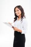 Mulher de negócios asiática de sorriso nova amigável com prancheta e lápis imagens de stock