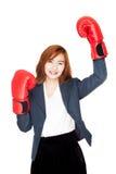 Mulher de negócios asiática do sucesso com luva de encaixotamento Fotos de Stock Royalty Free