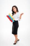 Mulher de negócios asiática esperta séria que guarda as pastas que acenam a mão fotos de stock royalty free