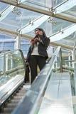 Mulher de negócios asiática indiana no telefone de pilha Imagens de Stock Royalty Free