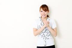 Mulher de negócios asiática nova com suas mãos clasped Imagens de Stock