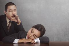 Mulher de negócios asiática nova do sono da vigília do homem de negócios foto de stock
