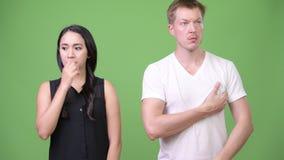 Mulher de negócios asiática nova e homem novo fétido video estoque