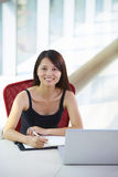 Mulher de negócios asiática nova no escritório foto de stock royalty free
