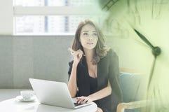 A mulher de negócios asiática nova pensa sobre seu sucesso com felicidade Imagem de Stock Royalty Free