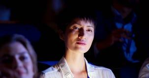 Mulher de negócios asiática que atende ao seminário do negócio no auditório 4k vídeos de arquivo