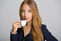 Mulher de negócios asiática que come o café Foto de Stock Royalty Free