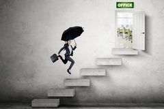 Mulher de negócios asiática que corre para a porta do escritório foto de stock royalty free