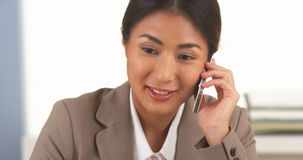 Mulher de negócios asiática que fala no smartphone Fotos de Stock Royalty Free