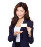 Mulher de negócios asiática que mostra o cartão de nome Foto de Stock Royalty Free