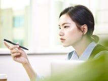 Mulher de negócios asiática que trabalha no escritório Fotografia de Stock