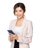 Mulher de negócios asiática que usa o telefone esperto Fotografia de Stock Royalty Free