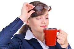 Mulher de negócios atrativa com uma chávena de café Imagem de Stock Royalty Free