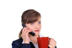 Mulher de negócios atrativa com uma chávena de café Fotografia de Stock Royalty Free