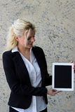 Mulher de negócios atrativa nova que guarda um PC da tabuleta foto de stock