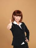 Mulher de negócios atrativa, nova que mostra o sinal aprovado Fotografia de Stock Royalty Free