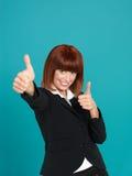 Mulher de negócios atrativa, nova que mostra o sinal aprovado Imagens de Stock Royalty Free
