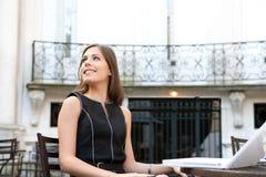 Mulher de negócios com o portátil no café. imagens de stock royalty free