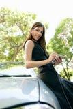 Mulher de negócios que inclina-se no carro com smartphone. Foto de Stock