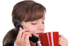 Mulher de negócios atrativa que aprecia uma chávena de café Fotografia de Stock