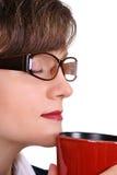 Mulher de negócios atrativa que aprecia uma chávena de café Fotos de Stock Royalty Free