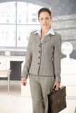 Mulher de negócios atrativa que chega ao escritório brilhante foto de stock