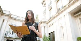 Mulher de negócios com dobrador. imagens de stock