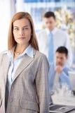Mulher de negócios atrativa que está no escritório Imagens de Stock