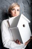 Mulher de negócios atrativa que guardara a HOME modelo Fotografia de Stock Royalty Free