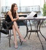 Mulher de negócios com o portátil no café. fotos de stock royalty free