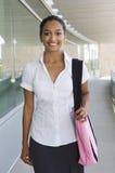 Mulher de negócios With Bag Standing no balcão do escritório Imagem de Stock Royalty Free