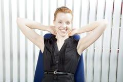 Mulher de negócios bem sucedida de sorriso foto de stock