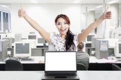 Mulher de negócios bem sucedida e monitor vazio Imagens de Stock