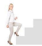 Mulher de negócios bem sucedida que anda acima de uma escadaria Imagem de Stock Royalty Free