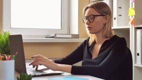 Mulher de negócios bem sucedida que finaliza o projeto vídeos de arquivo