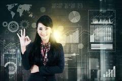 Mulher de negócios bem sucedida que mostra o sinal APROVADO Imagem de Stock Royalty Free