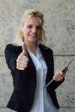 Mulher de negócios bem sucedida que mostra os polegares acima Fotos de Stock Royalty Free