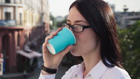 Mulher de negócios bem sucedida que olha na distância, no café bebendo e apreciando vídeos de arquivo