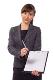 Mulher de negócios bonita com a oferta da prancheta para assinar o contrato Foto de Stock Royalty Free
