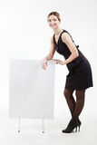 Mulher de negócios bonita com uma placa vazia branca fotografia de stock royalty free