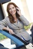 Mulher de negócios bonita da mulher em seu telefone de pilha foto de stock