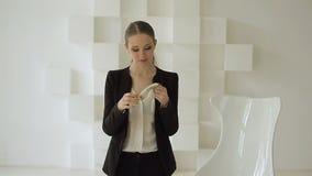 Mulher de negócios bonita feliz no terno formal que recebe a pilha de dinheiro vídeos de arquivo