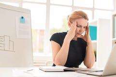 Mulher de negócios bonita Having Headache imagens de stock