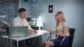 Mulher de negócios bonita na sessão de terapia do psicólogo filme